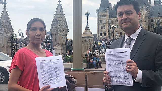 Onion Lake Cree Nation member delivers petition demanding Trudeau enforce First Nations transparency law - APTN News